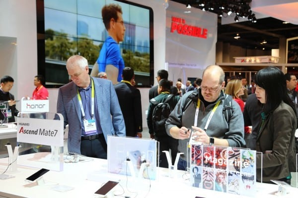 Attendees experiencing the Huawei Mate7