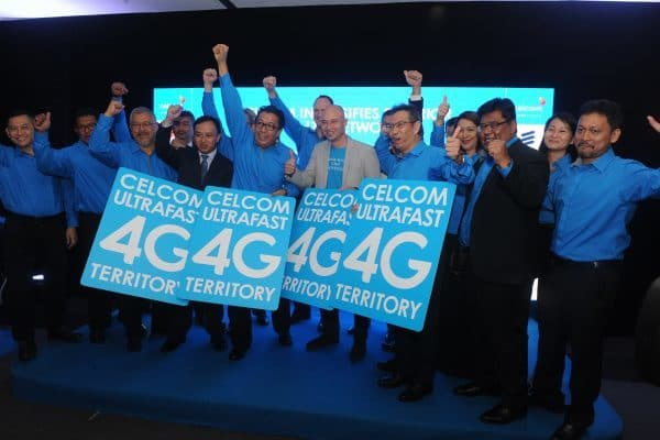 (front row) Dato' Sri Shazalli Ramly, Chief Executive Officer of Celcom Axiata Berhad (fifth from left) flanked by Abraham Liu, Chief Executive Officer of Huawei Technologies Malaysia Sdn Bhd (fourth from left), Todd Ashton, Head of Ericsson Malaysia and Sri Lanka (sixth from left) and Ramanathan Sathiamutty, Chief Of Operations, Technology, Digital & Enabler Officer, Celcom Axiata Berhad (seventh from left) together with Celcom's senior management during the collaboration ceremony.